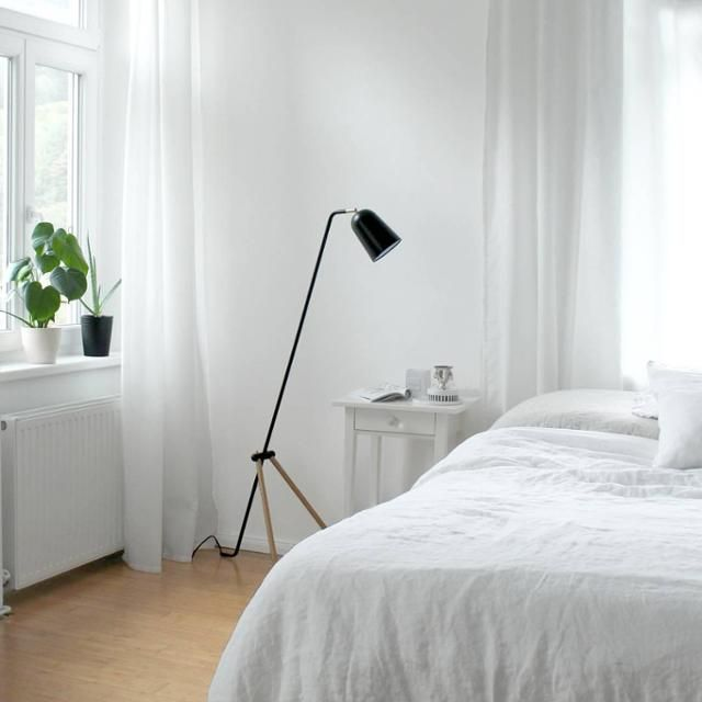 Schlicht und Weiß \u2013 Schlafzimmer mit Monstera und Grasshopper-style