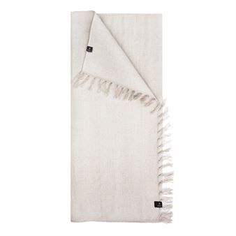 Het eenvoudige en stijlvolle Särö vloerkleed in gebroken wit van Himla  is dicht en dun geweven in katoen met decoratieve franjes en heeft een licht gevlekte look. Het vloerkleed is gemakkelijk te combineren met andere interieur producten en past in de meeste kamers! Keuze uit verschillende maten.