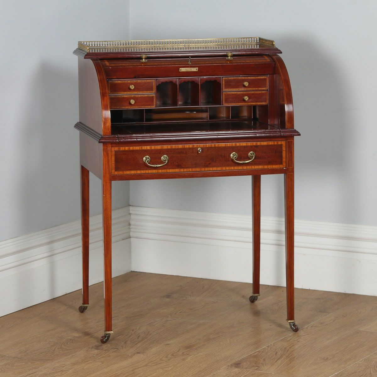 This is a superb quality antique Edwardian ladies mahogany and leather  inlaid cylinder desk, circa in good original condition. - Antique English Edwardian Ladies Mahogany & Leather Cylinder Roll