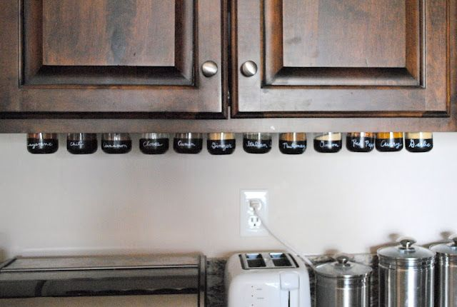 Genial DIY: Under Cabinet Magnetic Spice Rack