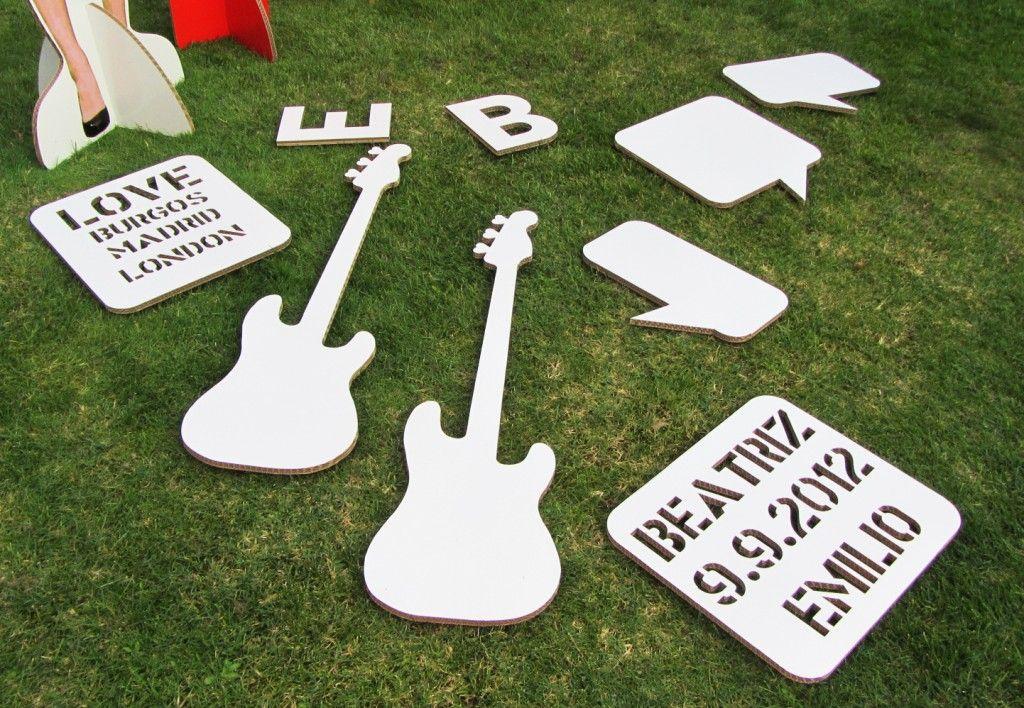 Elementos de decoracion en carton para la boda guitarras