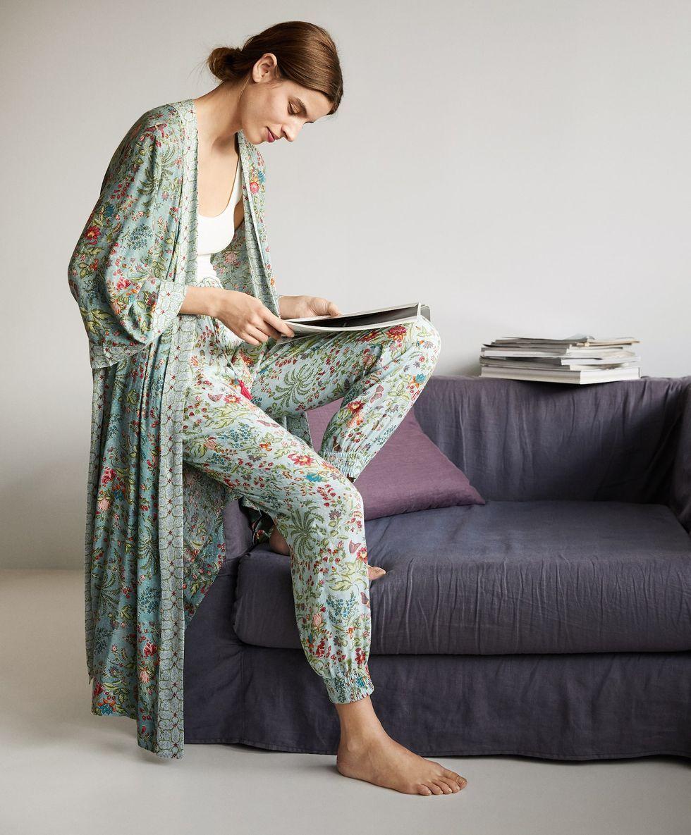 Oysho Estrena Su Prenda Más Bonita Hasta La Fecha Para Llevar Con Pijama Ahora Y Con Vaqueros Más Adelante Ropa Pijama De Seda Mujer Ropa De Moda
