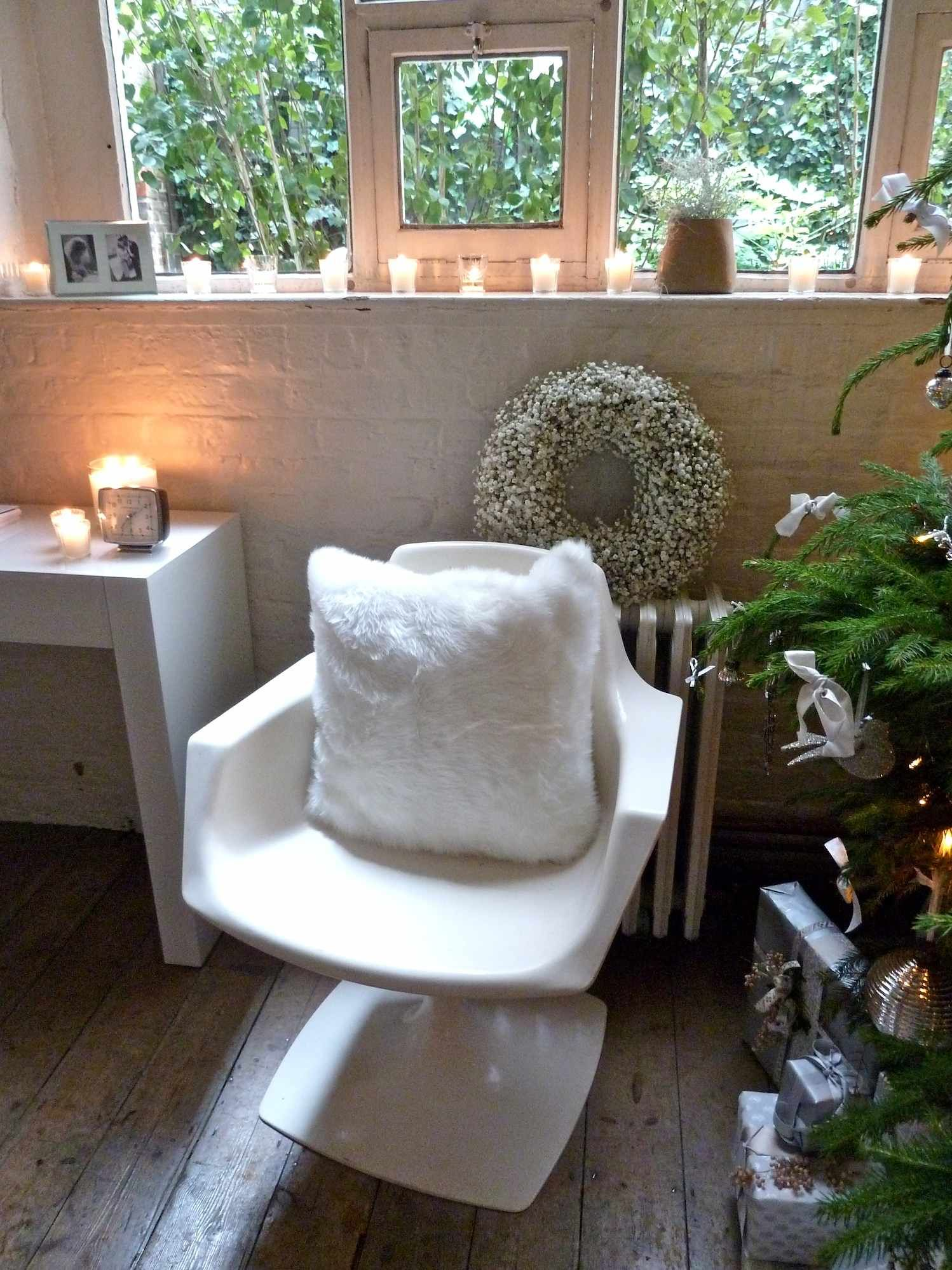 There is a whole series of shearling cushions and bean bags which feel divine and look at the gypsum wreath too, Xmas at The White Company 2012