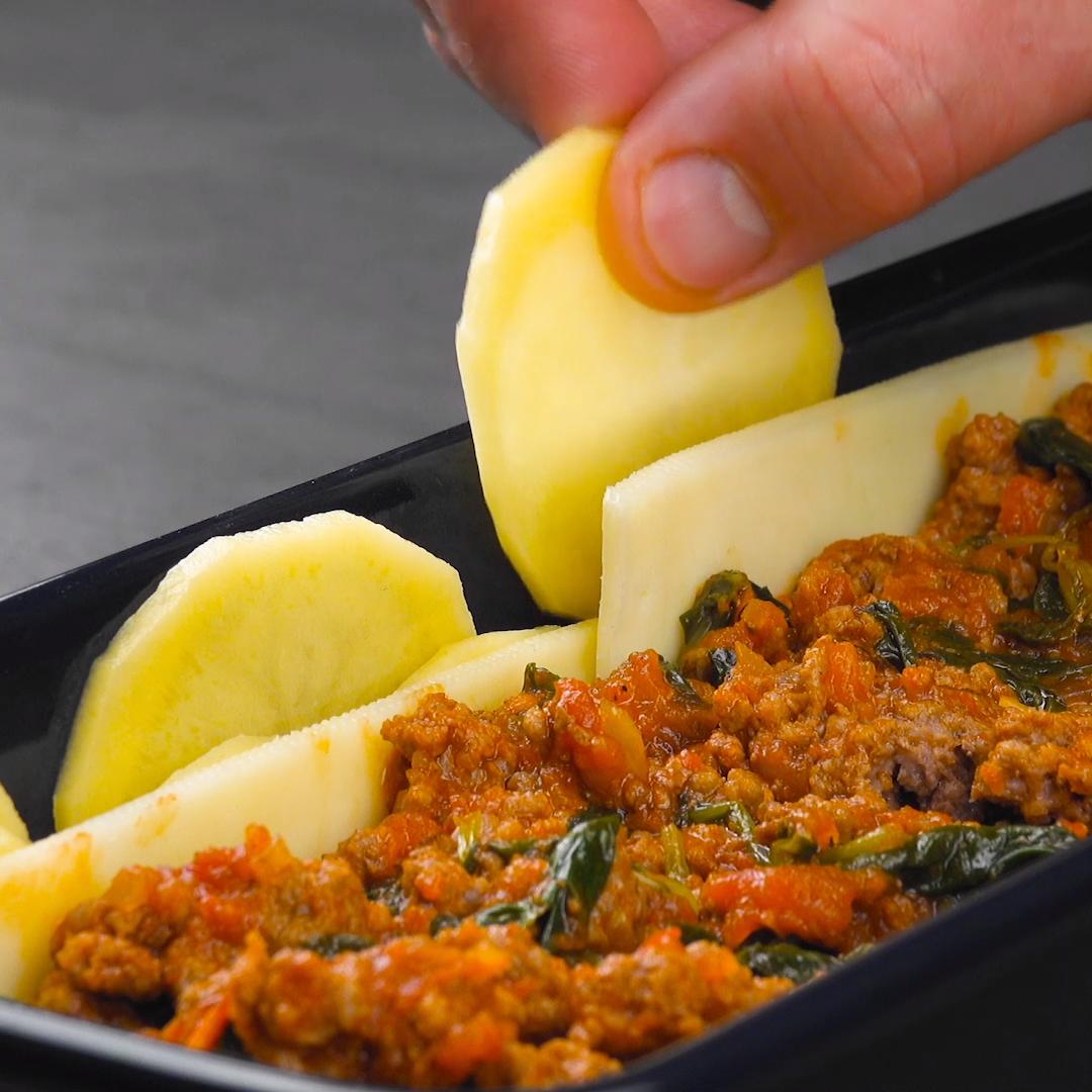 Kartoffelauflauf mit Hackfleisch, Spinat, Tomaten & Käse in besonderer Form. #rezept #kartoffelauflauf #kartoffelkuchen