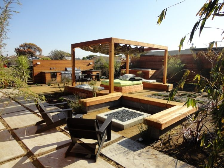 Fancy Lounge Bereich im Garten mit Pergola und separierte Feuerstelle mit Sitzbank