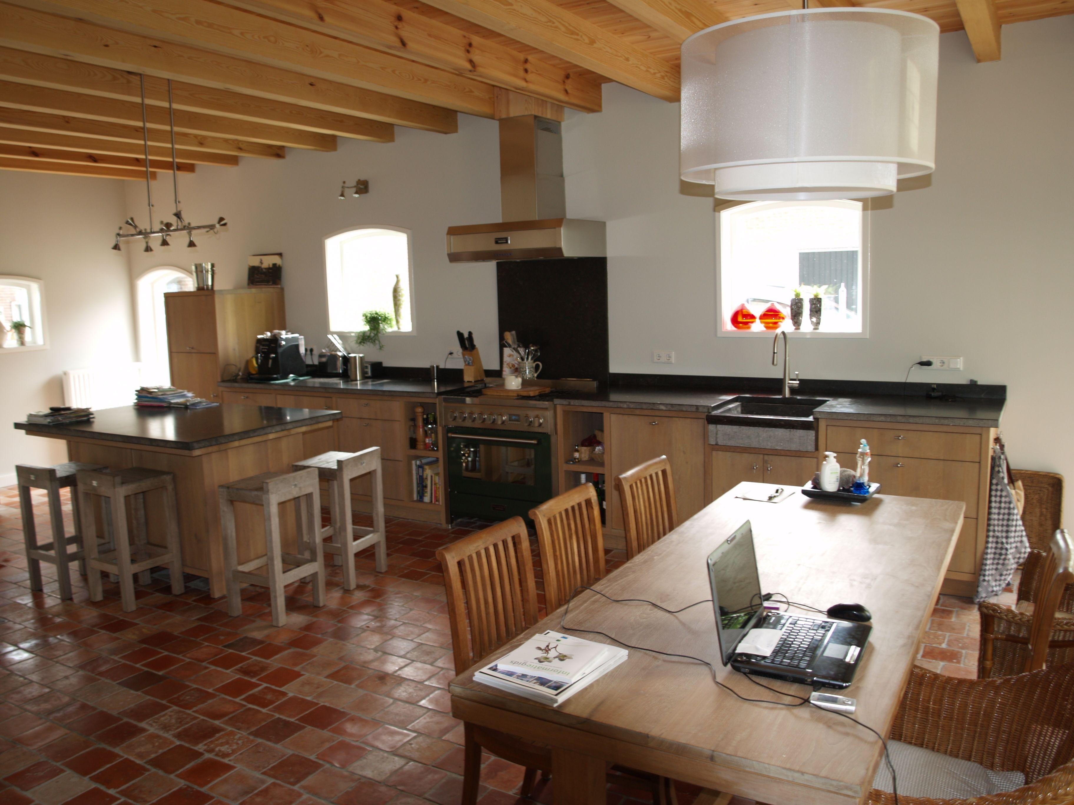 Landelijke moderne eiken keuken met houten laden en donkergroen