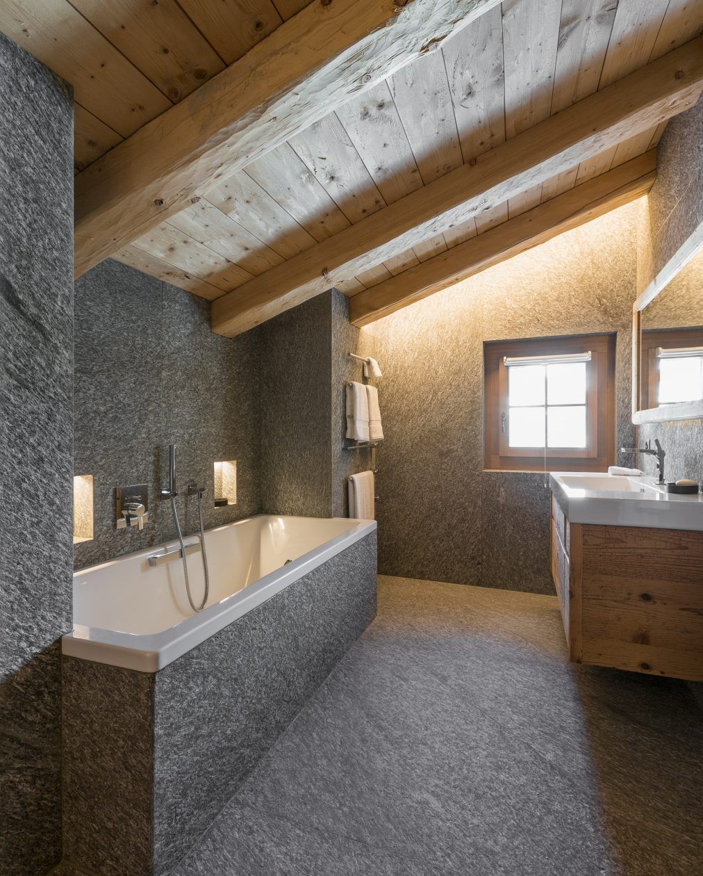 Natursteinbad Mit Grossformatigen Boden  Und Wandplatten