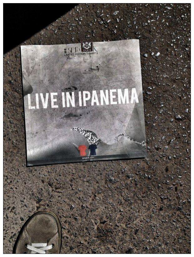 """Quando vi este """"lixo"""" na rua, pensei logo que se tratava de uma capa de antigo disco de Vinil (ou quem sabe do fracassado Videolaser). Já estava a uns 15 metros quando voltei. Fiz a foto e, no caminho, fiz pequenos ajustes para publicar no FaceBook. Porque mundo paralelo? Simples e por dois motivos: o lixo é um universo paralelo. Encontrar boas imagens no lixo é estar bem no lado paralelo. época."""