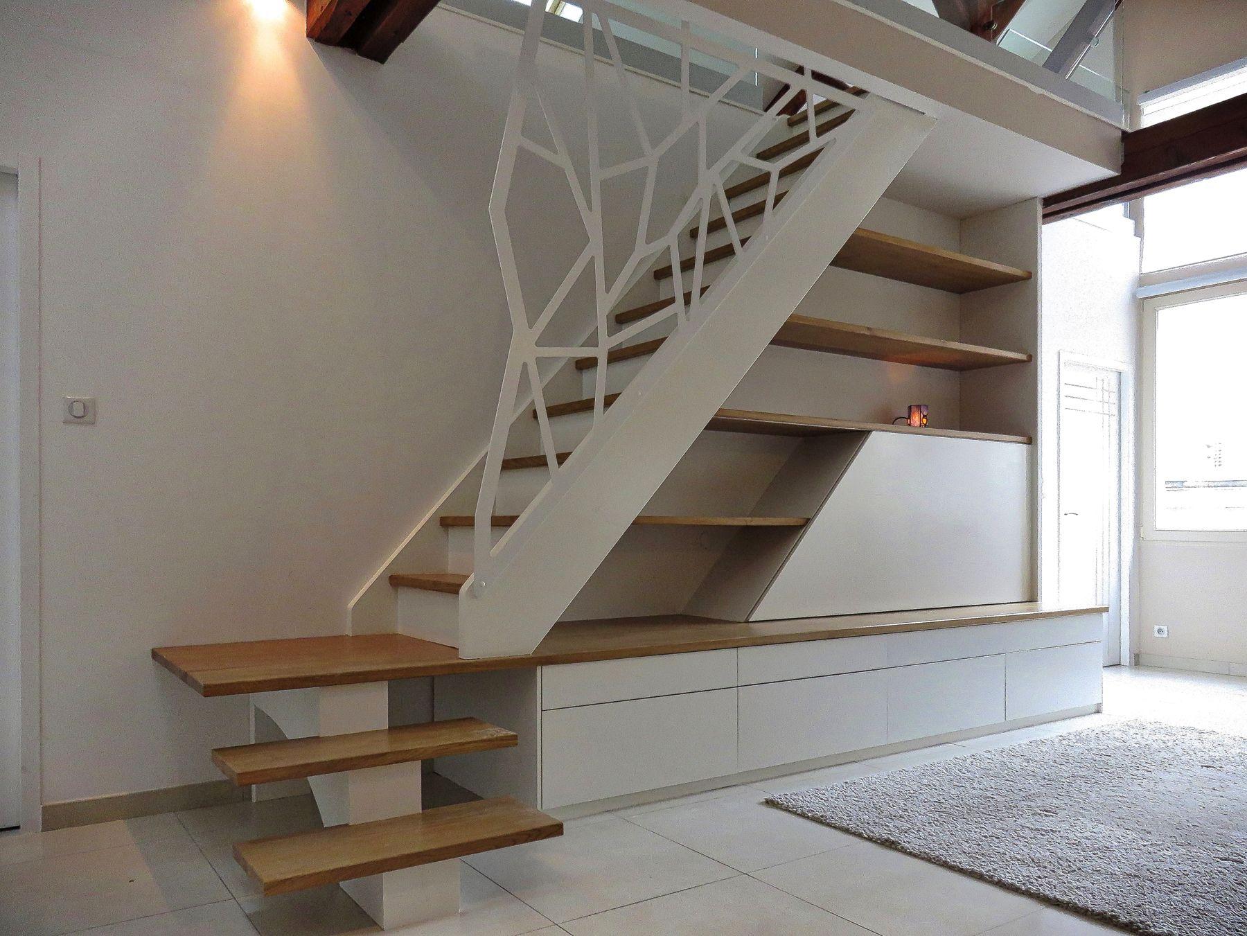 Escalier avec agencement, garde-corps en acier découpé laser et ...