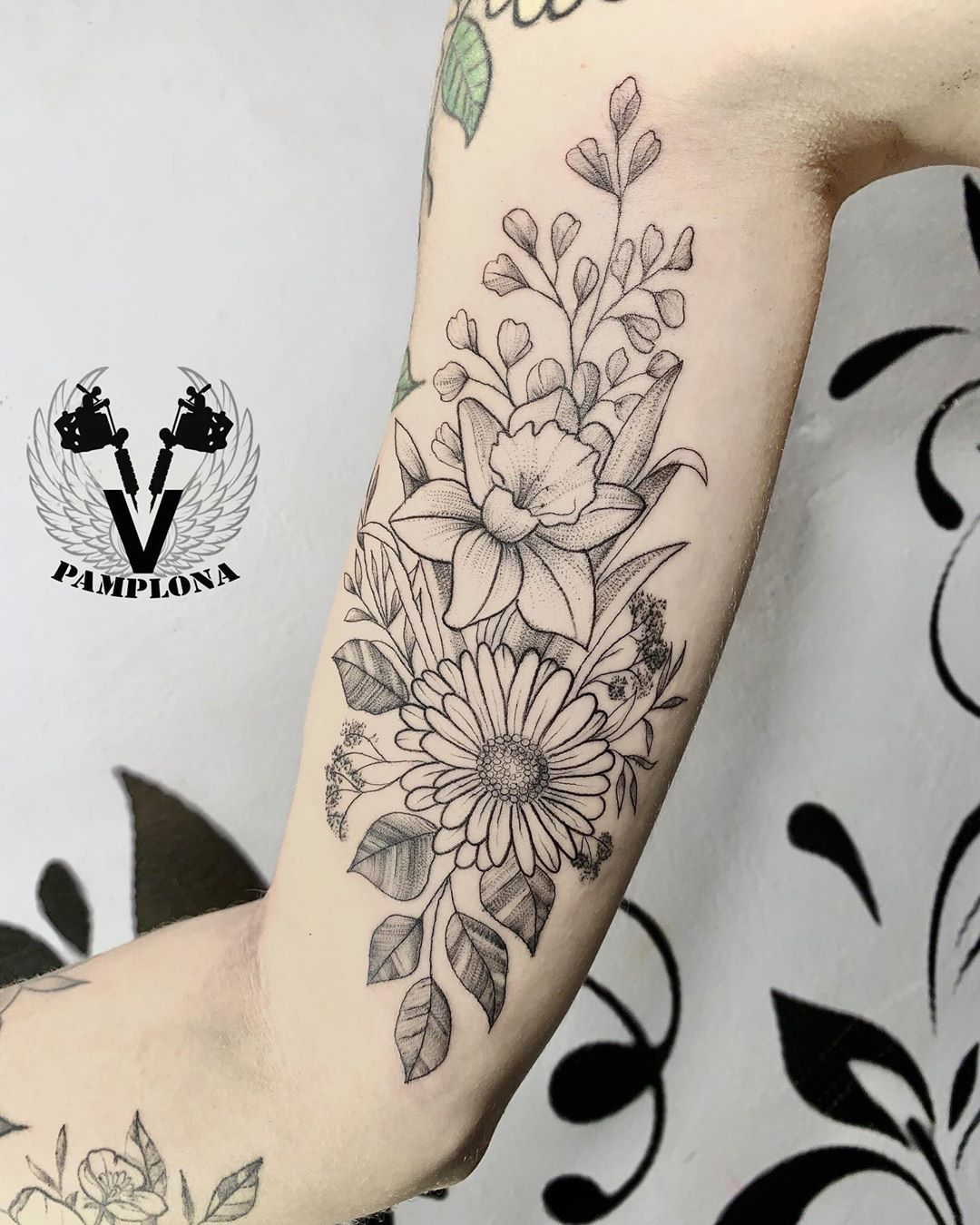 Floral com qualidade e valor acessível. Tudo está sendo feito com os devidos cuidados para que todos possamos manter bem nossa saúde. #floral #flores #arte #tatuagem #tattoo #desenho #tattooink #tattooinsta #tattoostyle #tattooart #tattoodo #tattooja #tattooideias