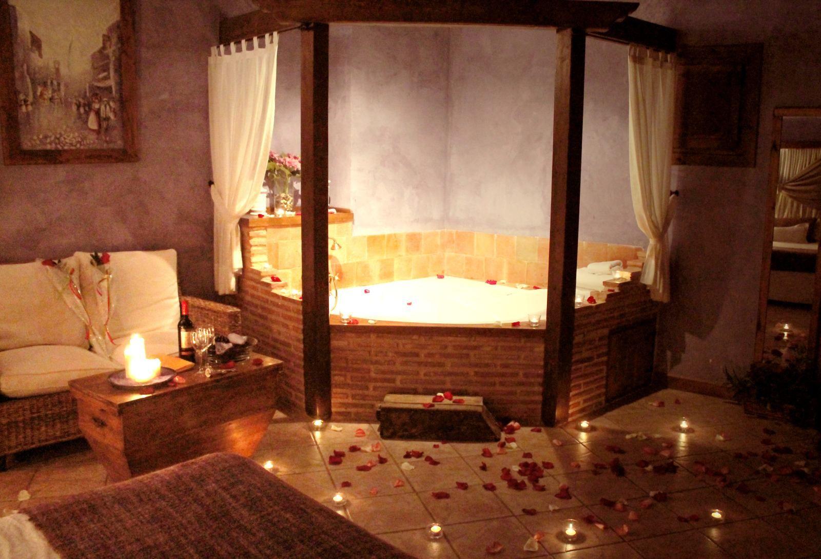 Master bedroom jacuzzi designs  Jacuzzi en la habitación Malva de La Carretería turismo rural en