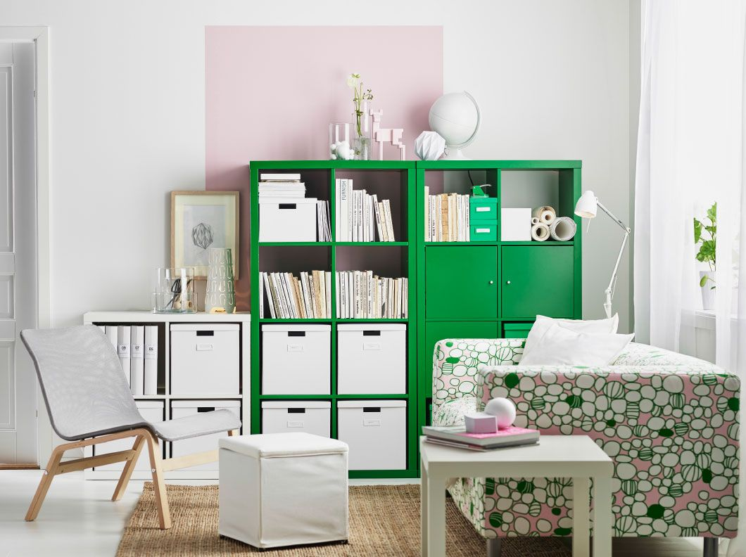 s jour avec tag res vertes et blanches garnies de bo tes. Black Bedroom Furniture Sets. Home Design Ideas