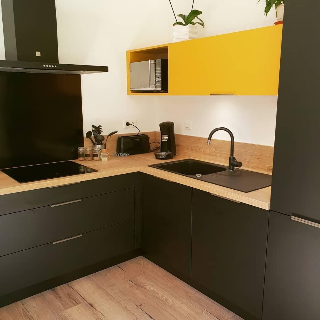 Cuisine Noir bois et jaune  Cuisine noire, Cuisine noire et bois