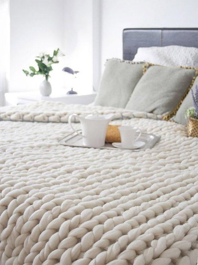Primer plano de cubrecama de lana blanca tejido en punto grueso ...