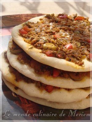 Aujourd'hui, je fais honneur a la cuisine turque, et je partage avec vous la recette de ces délicieuses pizzas, y'a un tas de versions de ces pizzas, celle qui m'a captée est celle du magnifique blog de Dattes et miel qui s'est inspire de la recette de...
