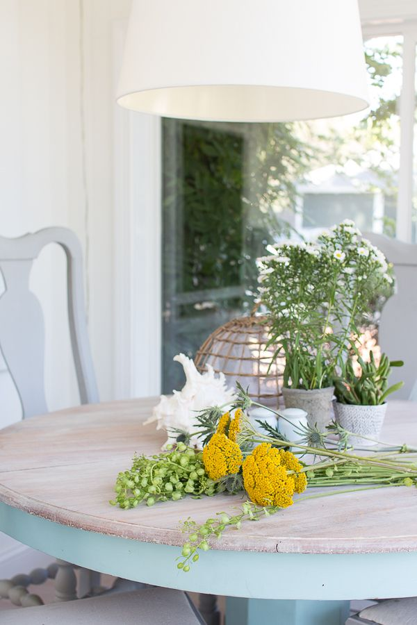 Pretty washed table with wildflowers / www.findingsilverpennies.com