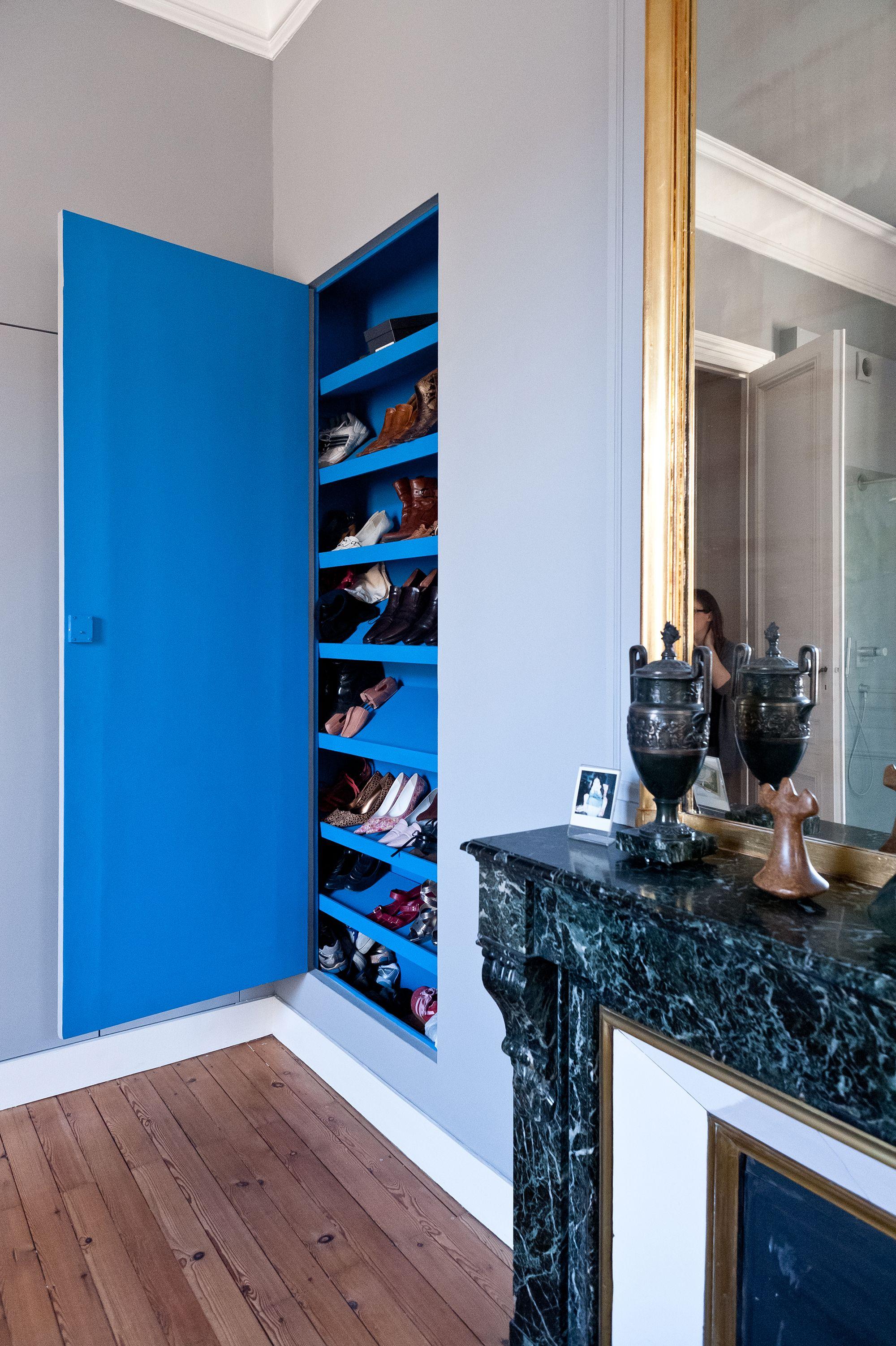 placard chaussures dans chambre bleue et blanche avec ornements anciens r am nag e dans. Black Bedroom Furniture Sets. Home Design Ideas