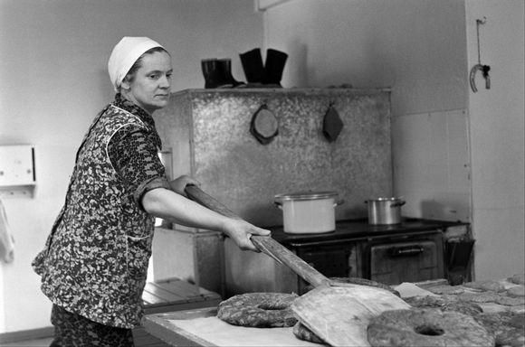 Pienviljelijäemäntä Aino Pekkanen paistaa ruisleipiä