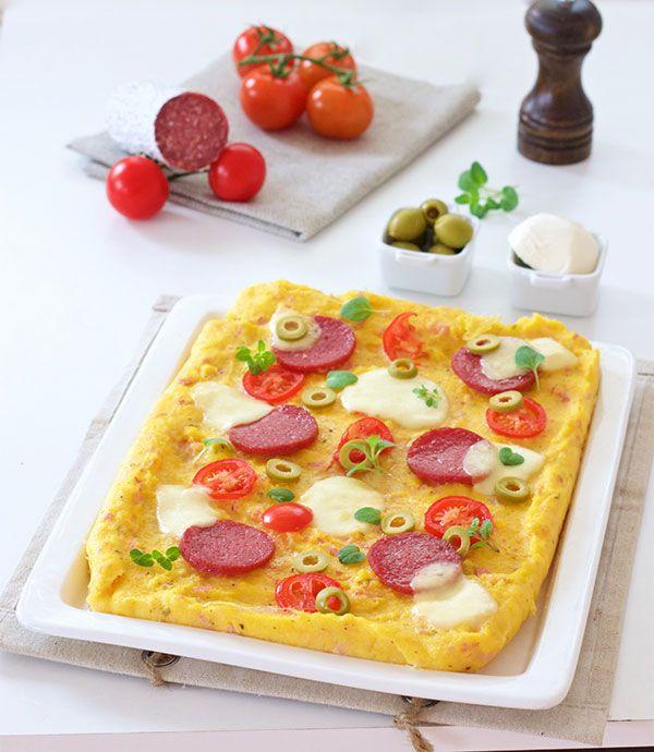 U ovom receptu palenta izuzetno uspješno 'glumi' tijesto za pizzu. Aromatizirana šunkom i sirom, zapečena i hrskava, nepogrešiv je odabir.