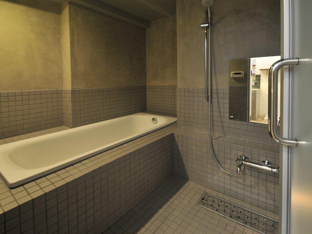 モルタルとタイルの浴室 ガーデンシンク タイル 古民家