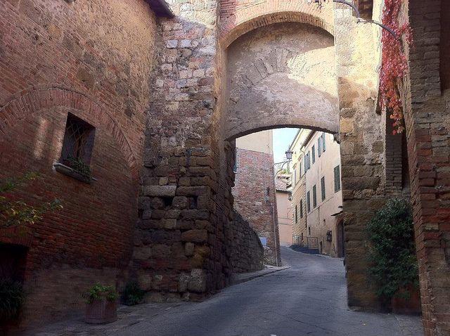 #Montepulciano, Porta delle Farine, one of the gates in the medioeval city walls (credits to #Locanda San Francesco + www.locandasanfrancesco.it)
