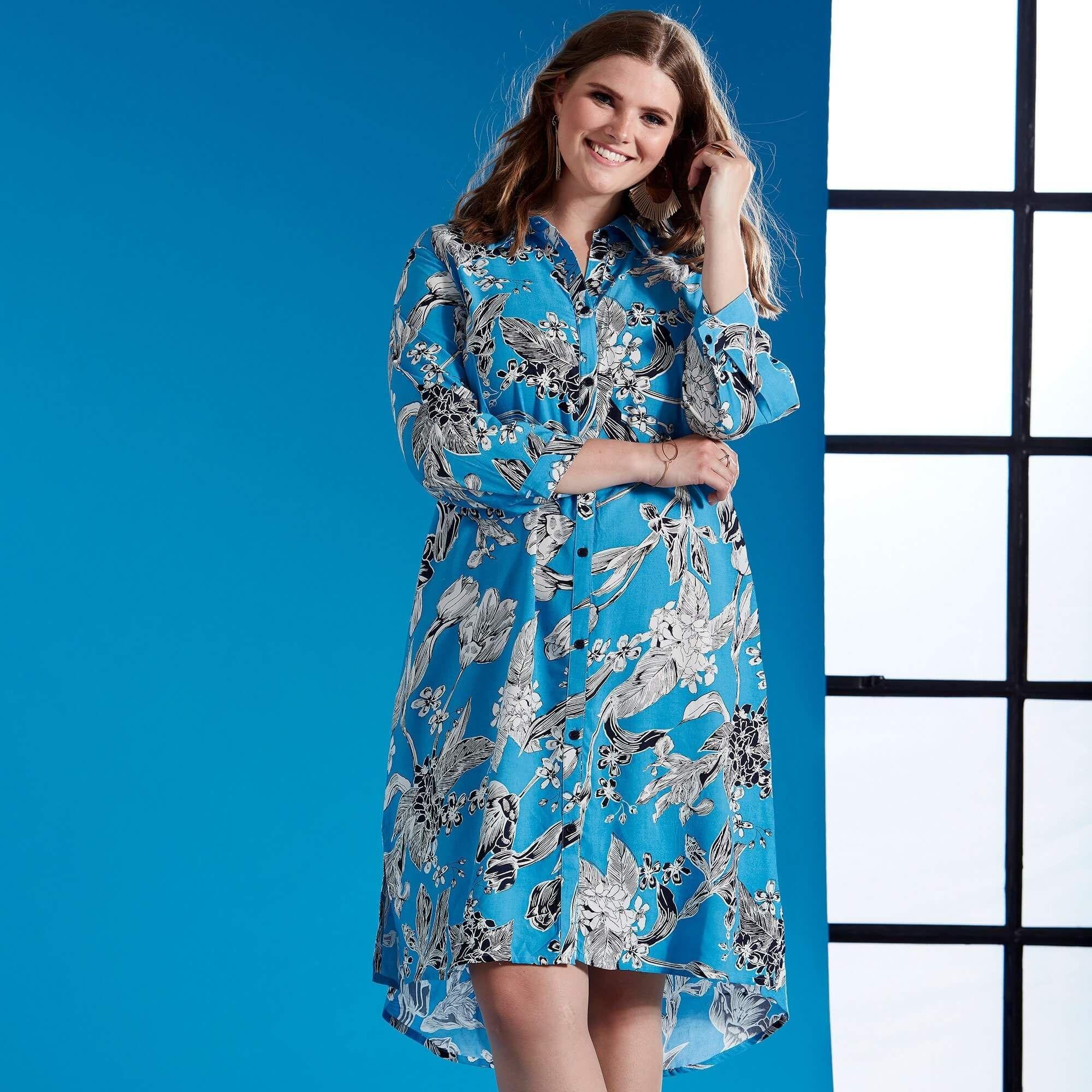 8c0a5ea922f2 Skøn lang skjorte kjole i en flot blå farve fra Zhenzi. Skjorte kjolen er  fremstillet
