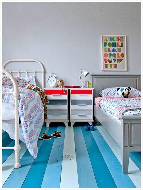 Des lits désassortis avec parquet de couleur dans cette chambre d