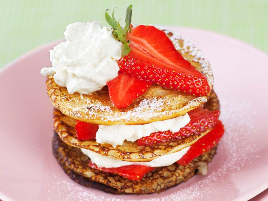 Lettu on kesäpöydän hitti niin makeana kuin suolaisena. Täytä lettu vaikka savukalalla tai kokoa leivos letuista, mansikoista ja mascarponesta.