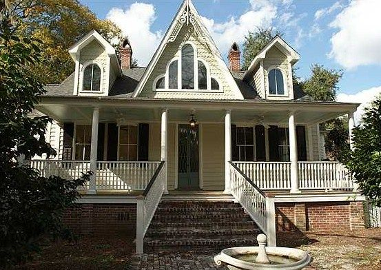 Beautiful Victorian House In The Historic District Of Summerville