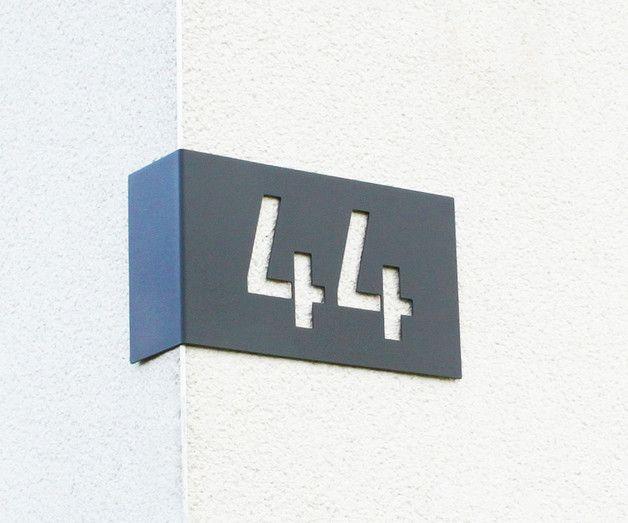 **Edelstahl Hausnummer zur Eckmontage**  Sehr schöne, stilvolle und große Hausnummer zur Eckmontage. Die Hausnummer wird aus Edelstahl gefertigt und anschließend pulverbeschichtet. Durch dieses...