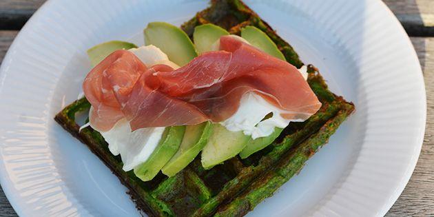 Sunde og lækre vafler med spinat, som både får dem til at smage forrygende og se flotte ud. Kan serveres med f.eks. røget laks og avocado eller parmaskinke og mozzarella.