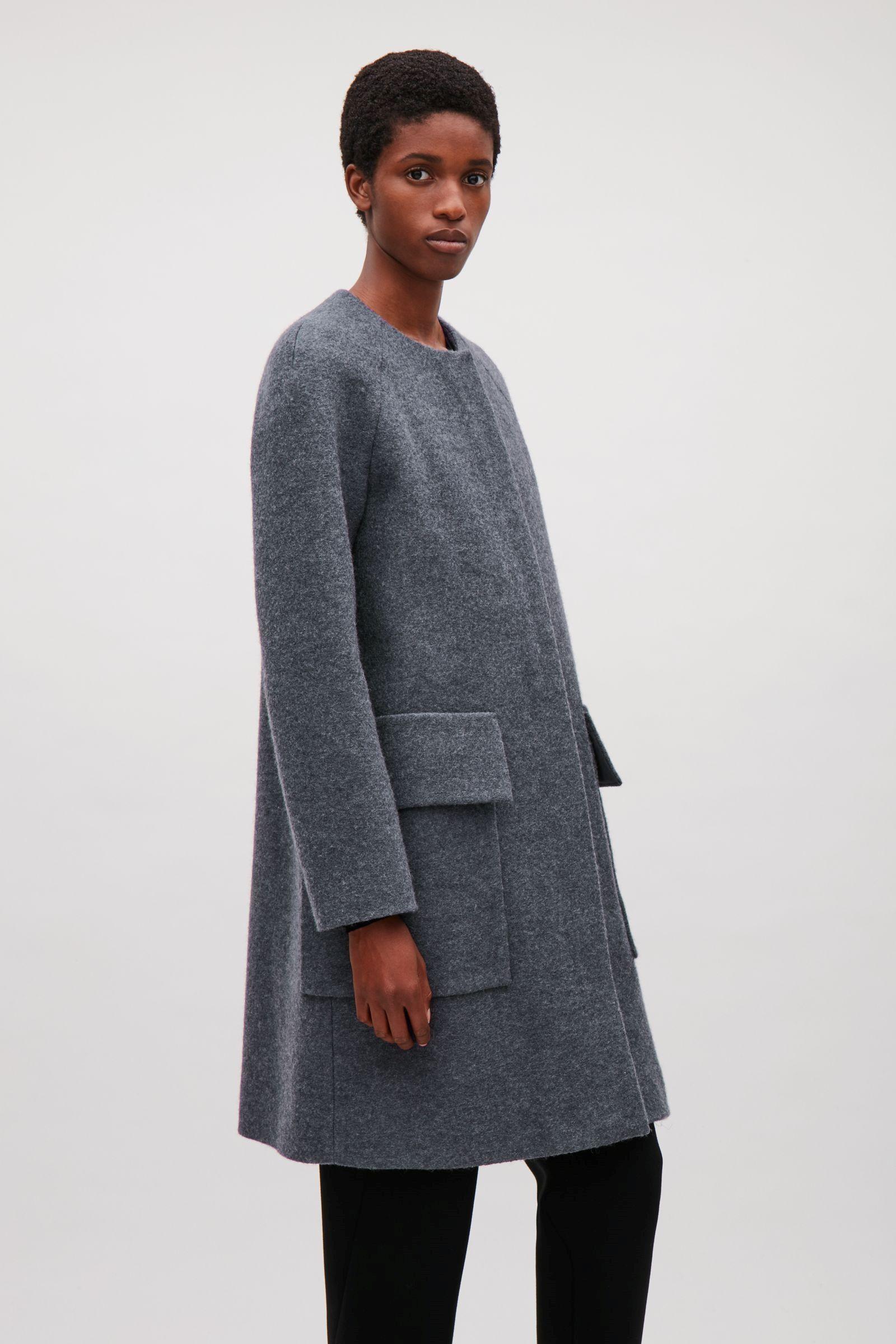 e941e97c8b3b COS image 9 du manteau A-ligne à col rond en gris   mode d hiver ...
