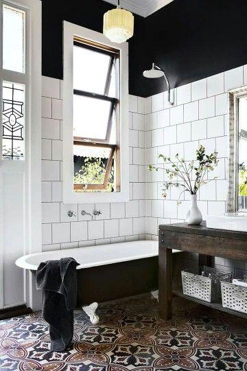 Schwarz-weißes Badezimmer mit auffälligen Bodenfliesen | Inspiration ...
