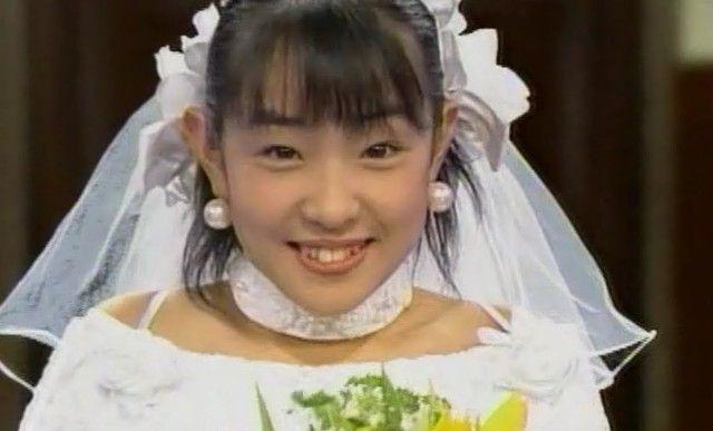 白いドレスを着た大沢あかね