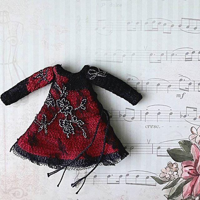 Пора потихоньку входить в обычный режим, надо доделывать куколку. С прошлого года 😉бедняжка 🙇 ждет одежду. Вот такое нарядное платье для красавицы получилось. #zontik_lena #кукольнаяодежда