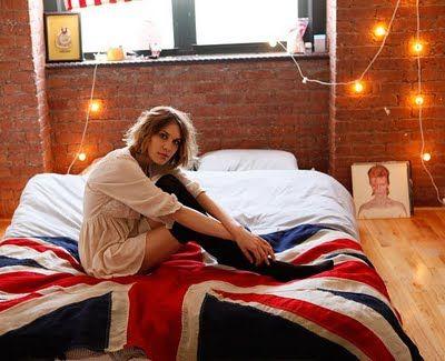 Tiiliseinä ja täydellinen sänky.