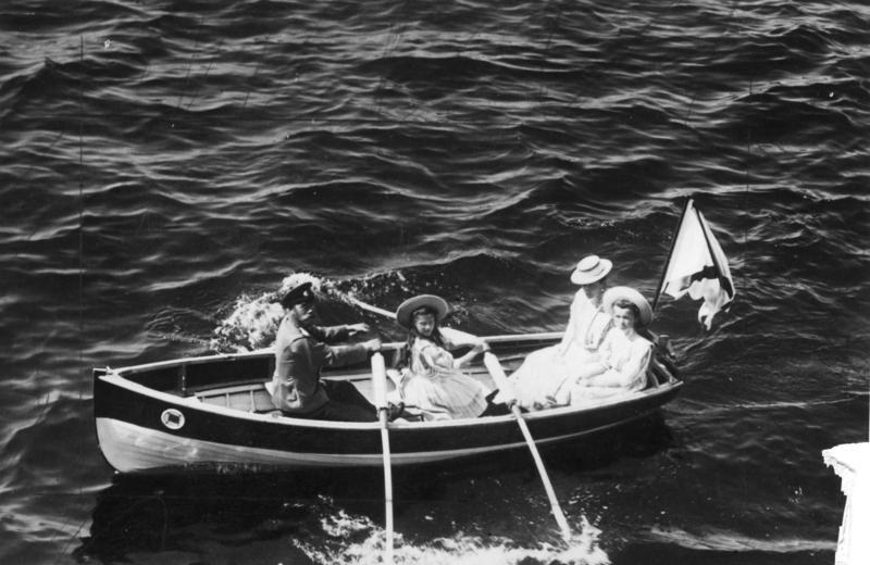 A família imperial russa no arquipélago finlandês. Imperador Nicolau II, Imperatriz Alexandra Feodorovna, grã-duquesa Olga Nikolaevna e grã-duquesa Tatiana Nikolaevna, em 1909.