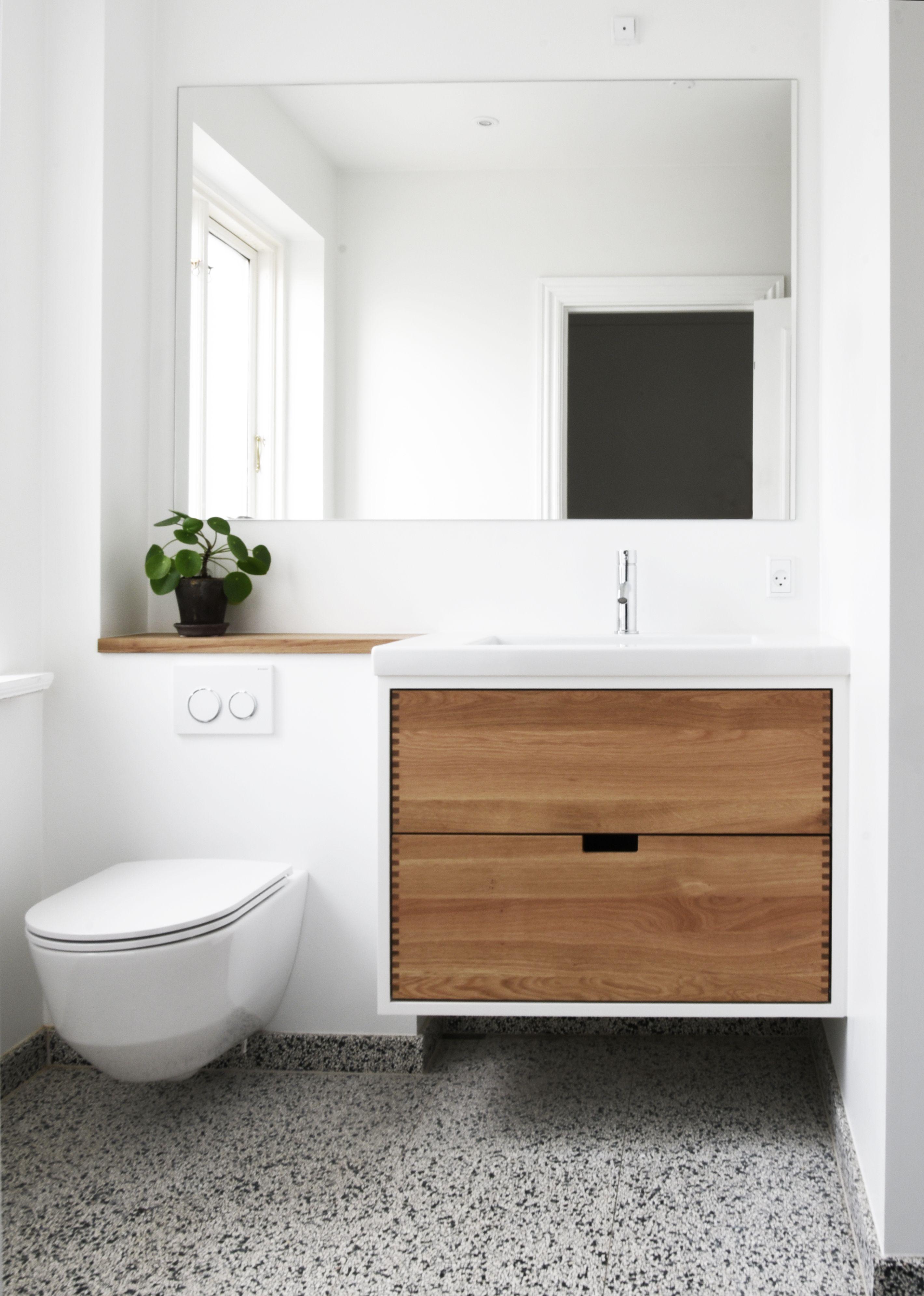 Badeværelsesmøbel i neutral eg og porcelæn