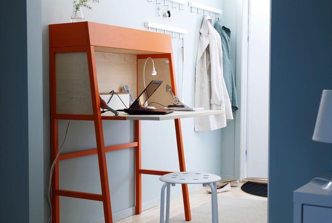 Lille IKEA chatol og taburet i entréen. Chatollet er åbent, så man kan se en telefon og en bærbar computer.