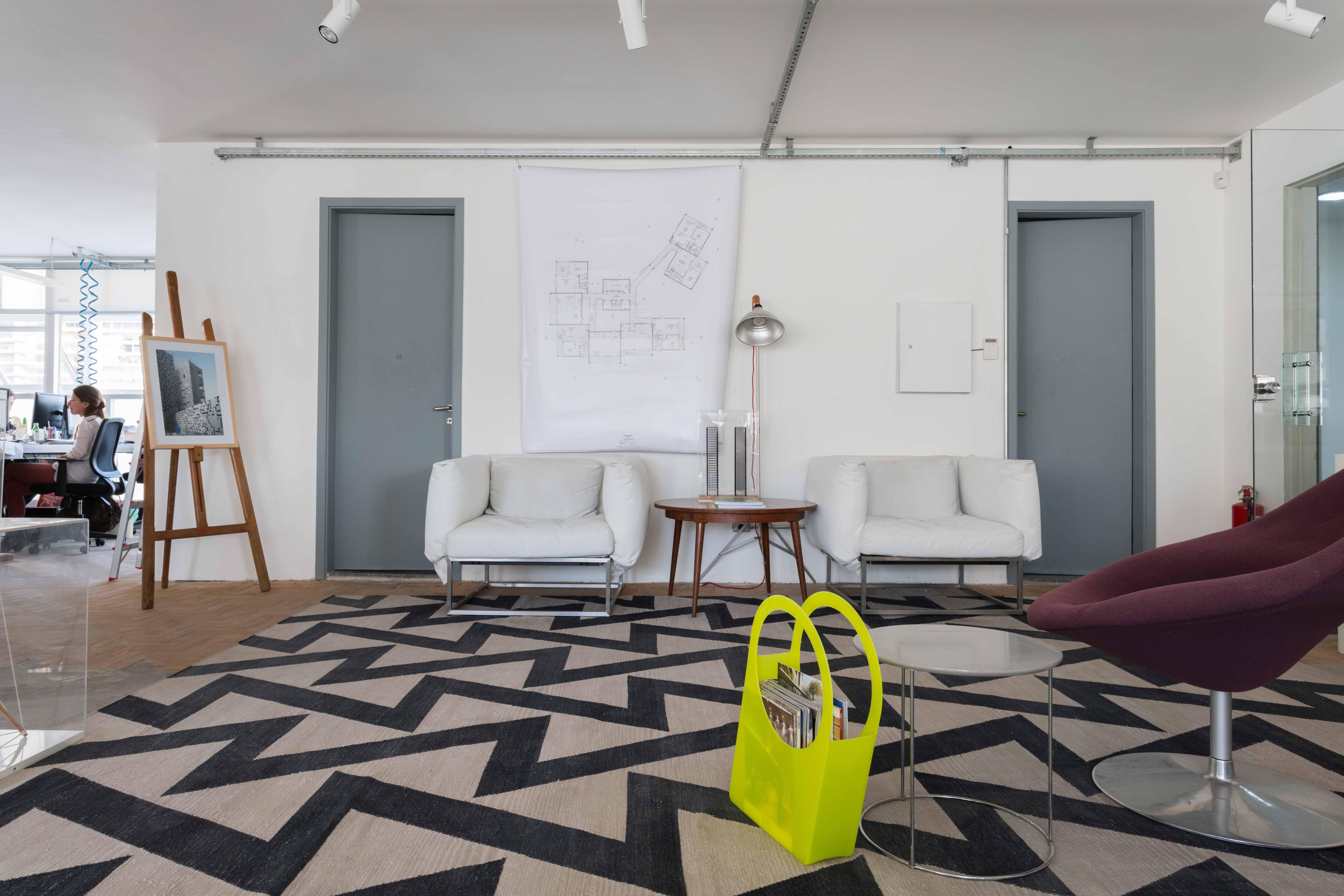 Ambientação com tapete Zig Zag Beige/Black by Kamy no escritório da ...