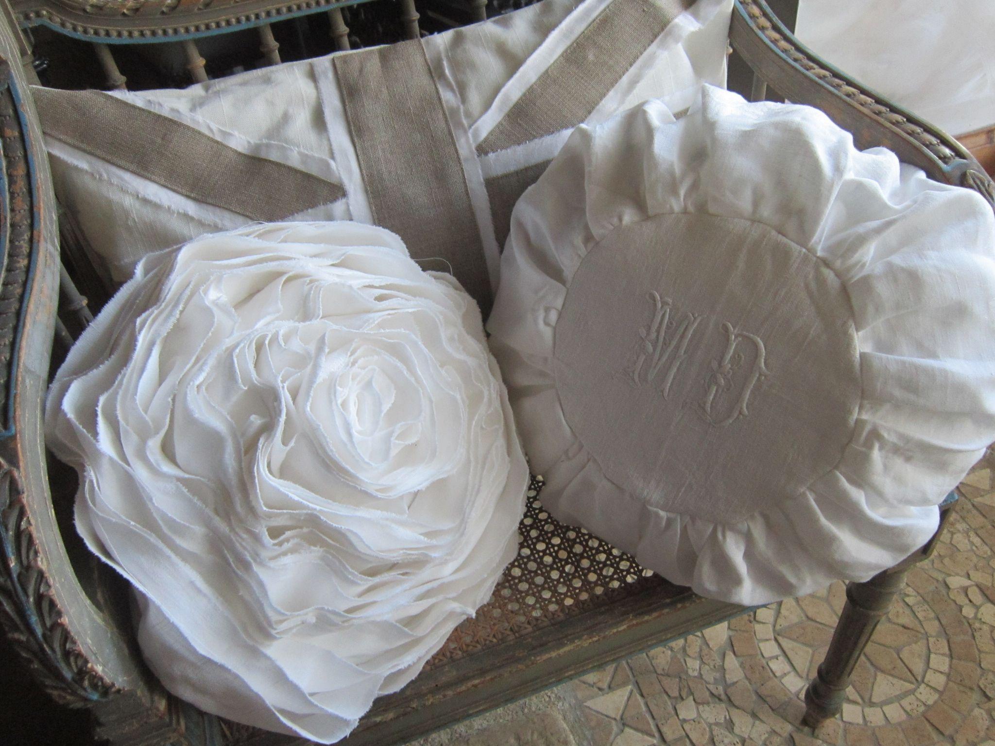 coussin fleur en drap ancien coussin rond base de. Black Bedroom Furniture Sets. Home Design Ideas