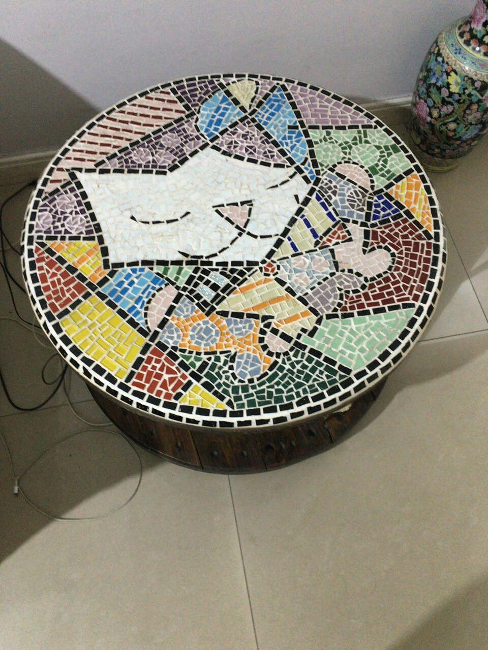 Mesa de mosaico e carretel