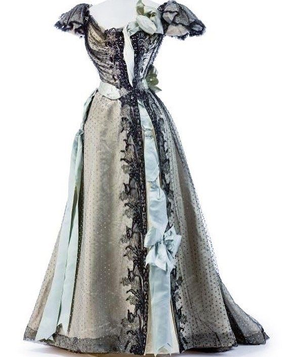 c035bf094881 Evening dress by House of Worth, 1895. Kunstgewerbemuseum Berlin ...