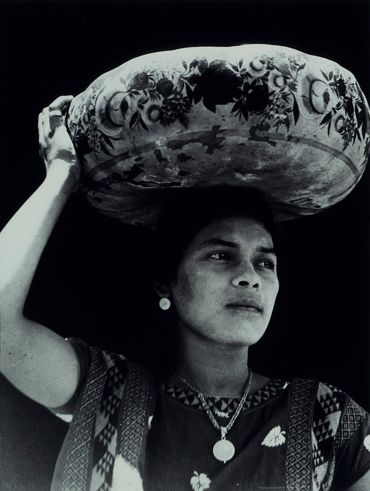 Tehuana con jicalpextle, Tina Modotti