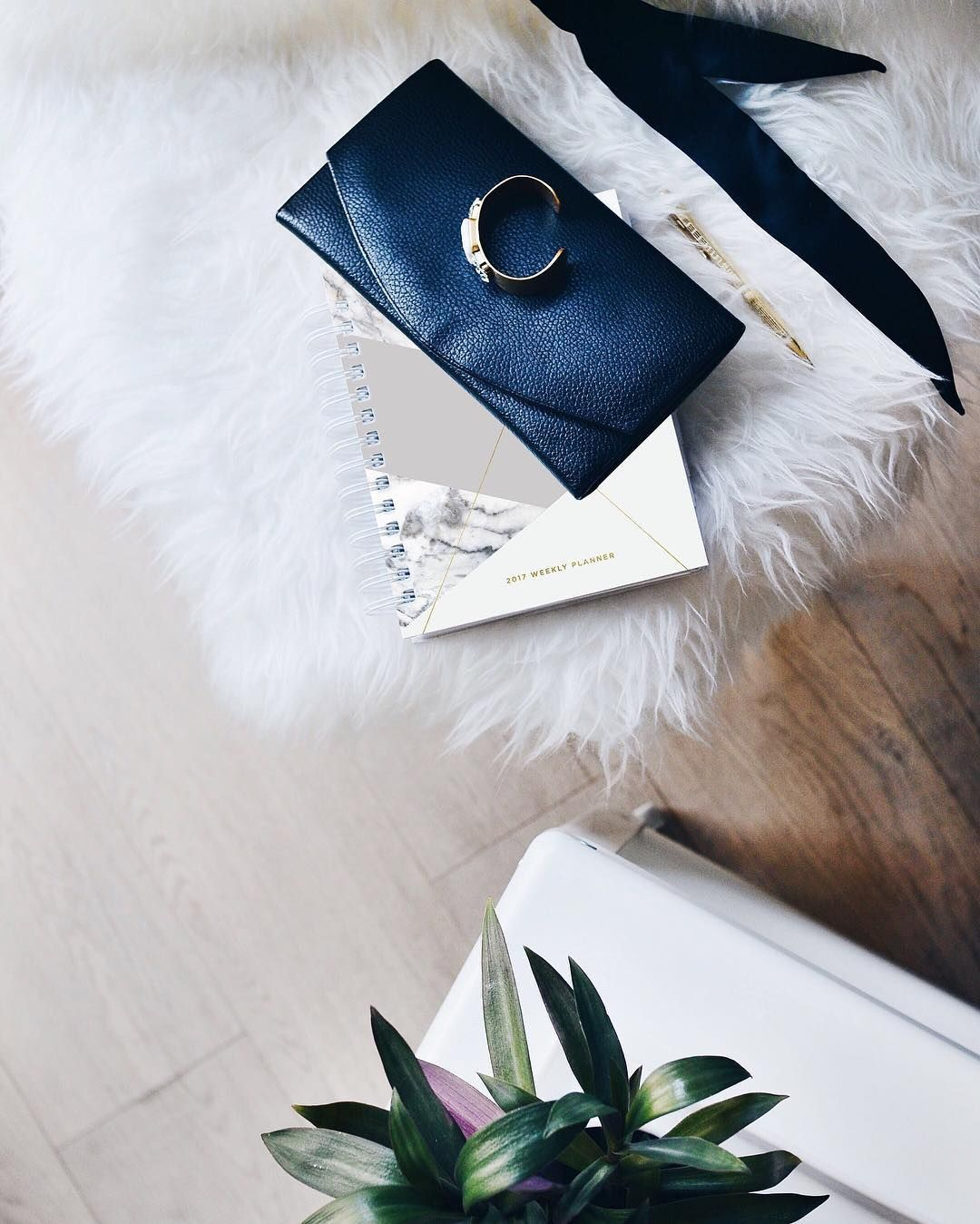 You can dress us up and dress us down. Have you checked out the last clutch you'll ever need?  / shop link in bio #mystilclassics #designloveplanner #minimalist #metclutch #kickstarter #clutch #accessorize