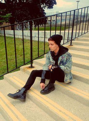 Quer mais exemplos com moletom e jaquetas? Que tal esse rocker style com moletom e jaqueta jeans?