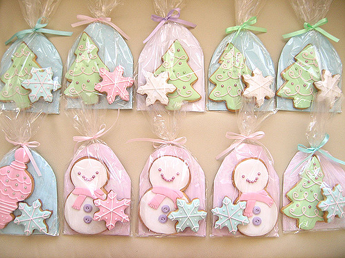 Adorable Christmas cookies that are wrapped perfectly for distribution. #Christmas #Cookies