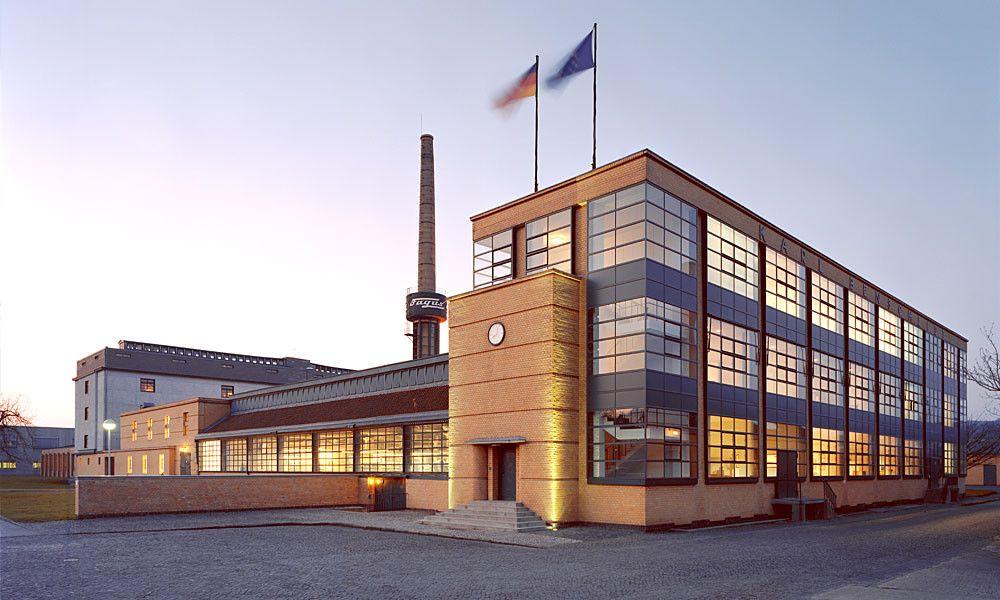 Fabrica Fagus, construida entre el 1911-14, ladrillo, hiero y cristal. (Muros de cristal)