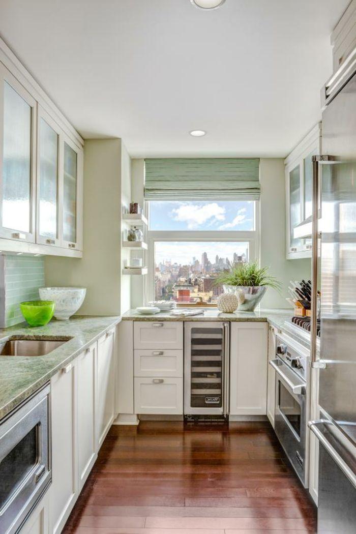 Attraktiv Laminat Boden In Brauner Farbe, Weiße Regale, Eine Winzige Küche, Zimmer  Einrichten Ideen