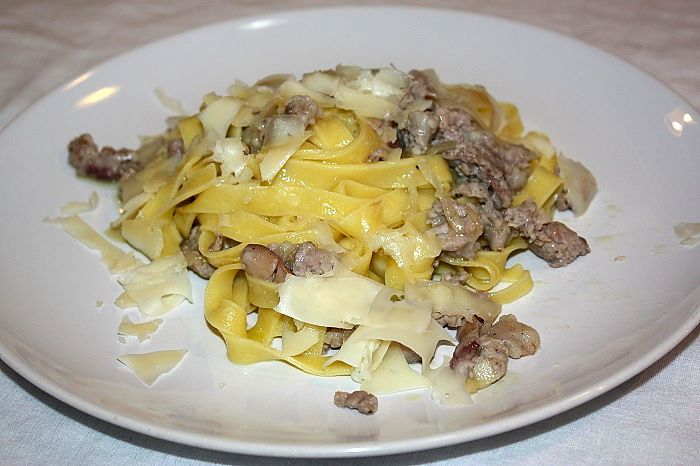 Tagliatelle, salsiccia ai porcini e fontina
